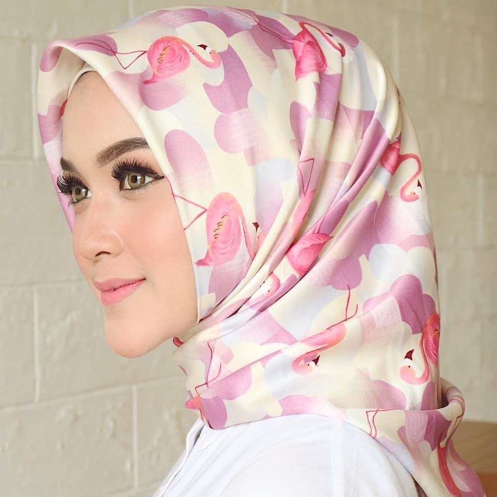 Fitur Hijab Jilbab Kerudung Segi Empat Flamingo Maxmara Lembut Dan