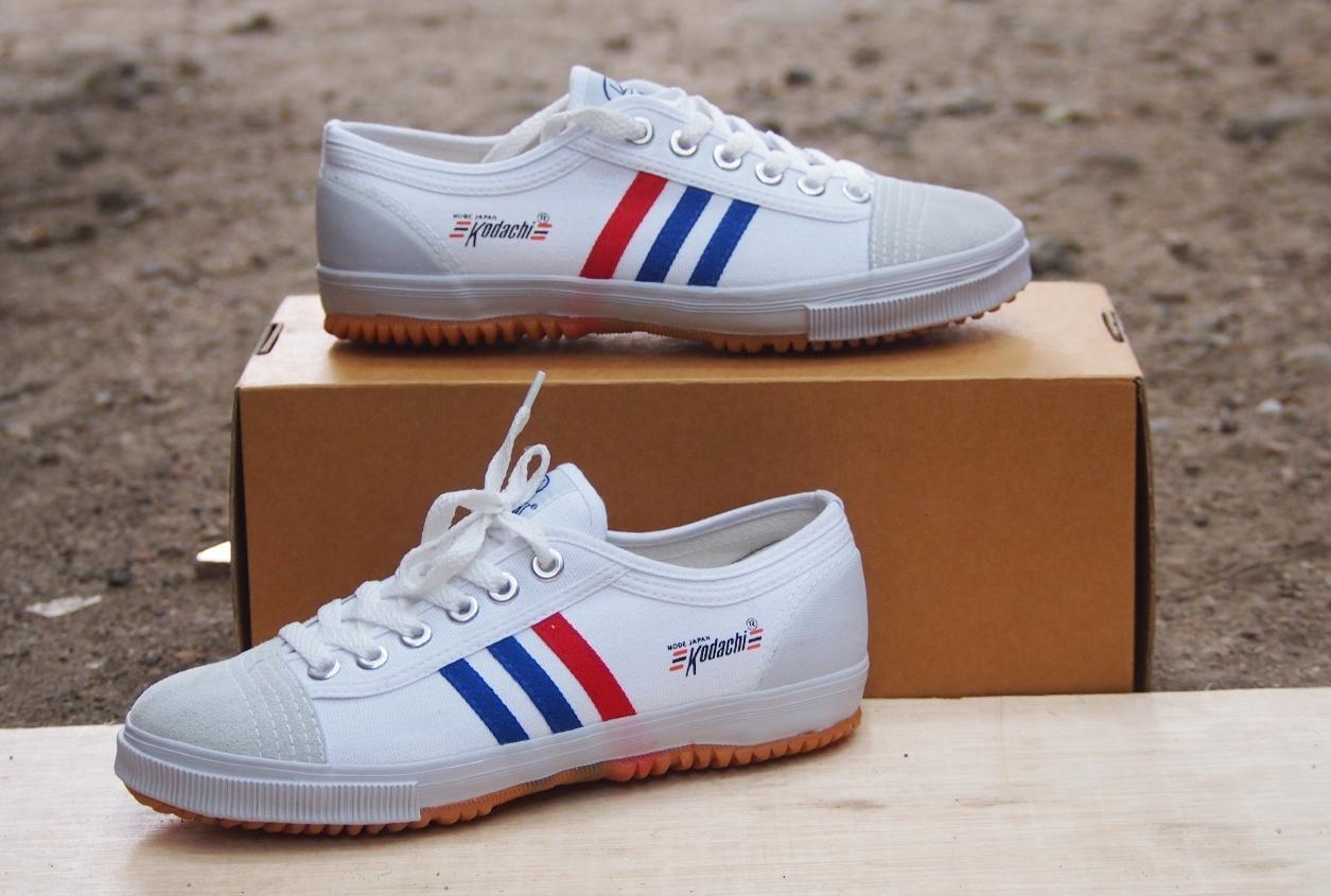 Detail Gambar Sepatu Kodachi 8111 - Sepatu Olahraga Import Stripe Putih Terbaru