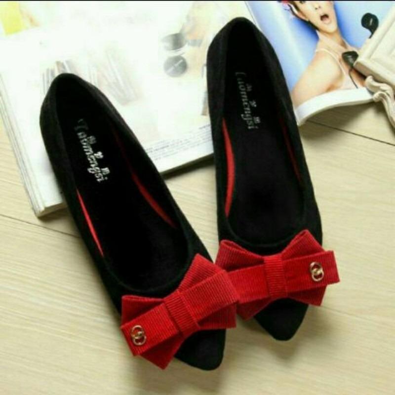 Sepatu Plat Hitam Variasi Pita Merah Andi