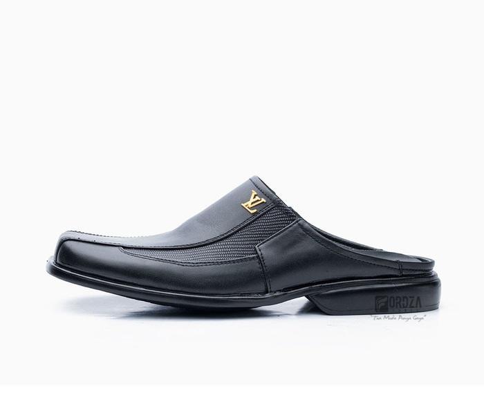 Detail Gambar Sepatu Sendal Pria Hand Made Kulit Asli Harga Murah 2420  Hitam   Sepatu Sandal Pria Formal Kerja Kantor Harian Murah Model Terbaru    Sepatu ... 9859b4db1a