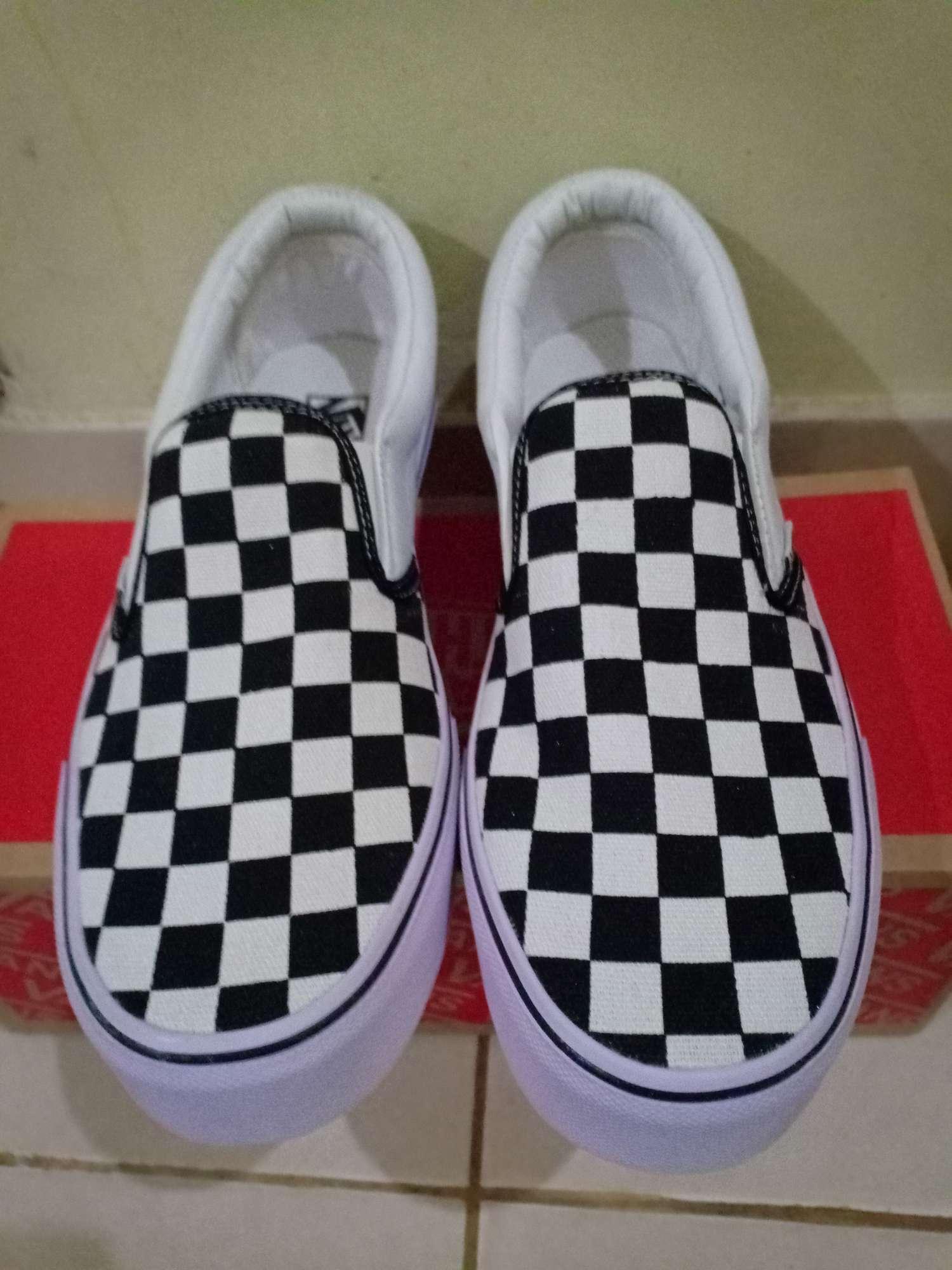 Detail Gambar Sepatu slip on V4ANS Motif catur Premium Quality Terbaru