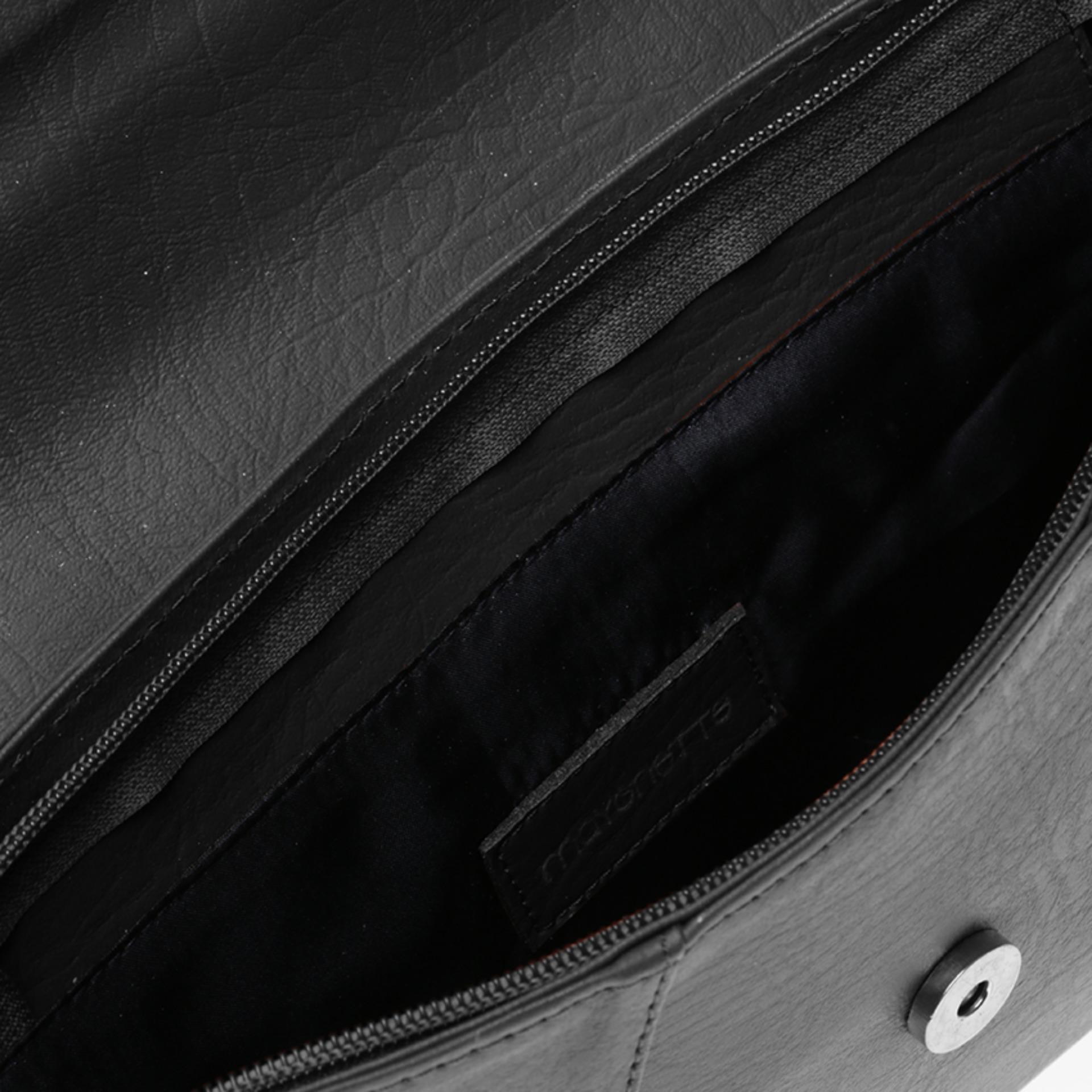 Mayonette Felipe Sling menawarkan desain unik dengan bagian bukaan atas yang dapat dilipat, lengkap dengan penutup magnet dan ritsleting serta tali panjang, ...