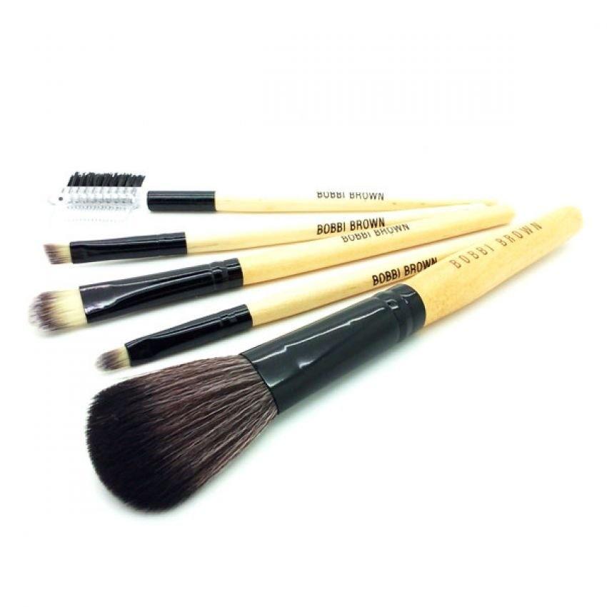 bobbi brown brushes. dengan travel kit brushes set dari bobbi brown ini, anda dapat menyimpannya bahkan membawanya kemana saja. bulu yang halus, kuas ini akan e